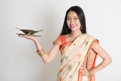 拿着空的板材的印地安主妇手 免版税库存照片