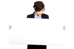 拿着空的横幅的电话中心妇女 免版税库存照片