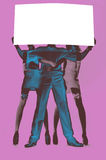 拿着空的白板的男人和妇女 桃红色背景 库存图片