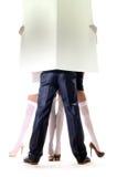 拿着空的白板的男人和妇女 免版税库存图片