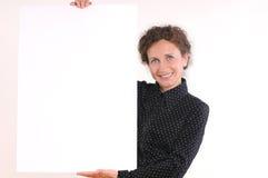 拿着空的白板的美丽的女商人 免版税库存图片