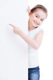 拿着空的白色横幅的微笑的小女孩。 免版税库存照片