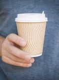 拿着空的纸咖啡杯的人 模板嘲笑 免版税图库摄影