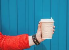 拿着空的纸咖啡杯的妇女手 模板嘲笑 库存照片
