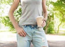 拿着空的纸咖啡杯的妇女 模板嘲笑 库存照片