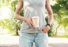 拿着空的纸咖啡杯的妇女 模板嘲笑 图库摄影