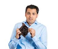 拿着空的钱包的人 免版税库存图片