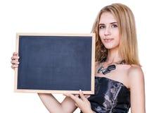 拿着空的黑板的少妇 免版税库存图片