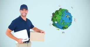 拿着箱子和书写纸的送货人的数字图象,当支持行星地球反对蓝色时 库存照片