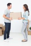 拿着箱子的妇女和她的丈夫 库存照片