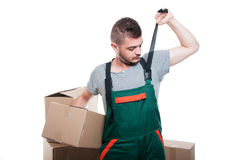 拿着箱子的英俊的搬家工人人修理他的总体 库存图片