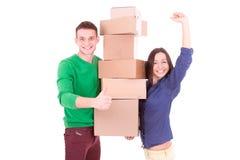 拿着箱子的年轻夫妇 搬到一个新的公寓或房子 免版税库存图片