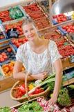 拿着篮子果子& veg的夫人选择萝卜 免版税库存图片