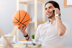 拿着篮子球的快乐的微笑的人 库存照片