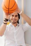 拿着篮子球的正面人 图库摄影