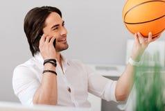 拿着篮子球的正面英俊的人 免版税图库摄影