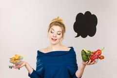 拿着篮子用果子和甜小圆面包的妇女 免版税图库摄影