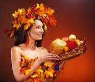 拿着篮子用果子的女孩。 免版税库存照片