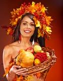 拿着篮子用果子的女孩 免版税图库摄影