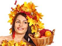 拿着篮子用果子的女孩 免版税库存图片