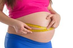 拿着米的孕妇被隔绝 饮食和医疗保健conce 免版税库存照片