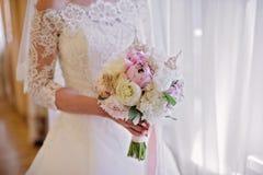 拿着精美婚姻花束的新娘 免版税库存图片