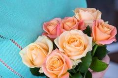 拿着精美玫瑰的花束妇女 库存照片