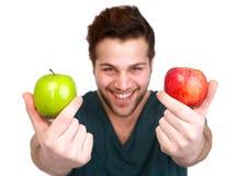拿着红色和绿色苹果的人 库存图片