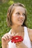 拿着红色妇女的花 免版税库存图片
