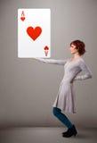 拿着红色心脏一点的美丽的妇女 免版税库存图片