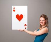 拿着红色心脏一点的Beautifu妇女 免版税库存照片