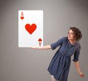 拿着红色心脏一点的Beautifu妇女 图库摄影