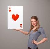 拿着红色心脏一点的Beautifu妇女 免版税库存图片