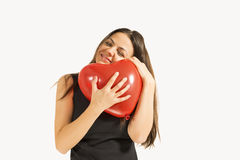 拿着红色心脏气球的妇女 免版税库存图片