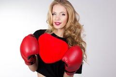 拿着红色心脏的拳击手女孩 图库摄影