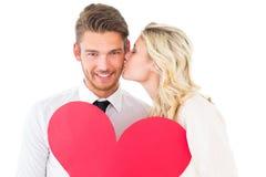 拿着红色心脏的有吸引力的年轻夫妇 图库摄影