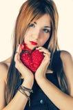 拿着红色心脏的逗人喜爱的女孩 免版税库存照片
