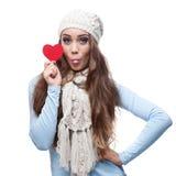 拿着红色心脏的年轻快乐的偶然妇女 免版税库存照片
