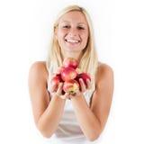 拿着红色有机苹果的少妇 库存照片