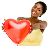 拿着红色气球心脏华伦泰的逗人喜爱的非裔美国人的妇女 免版税库存图片