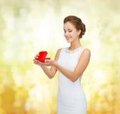 拿着红色礼物盒的微笑的妇女 图库摄影