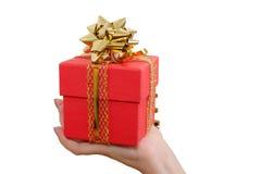 拿着红色礼物盒的手 免版税库存照片