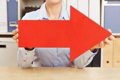 拿着红色箭头的手在右边 免版税库存照片