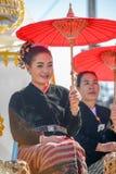 拿着红色纸伞的土产女孩 免版税图库摄影
