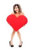 拿着红色纸心脏的少妇 库存图片