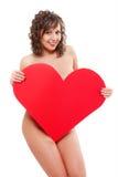拿着红色纸心脏的少妇 免版税库存照片