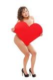 拿着红色纸心脏的少妇 免版税库存图片
