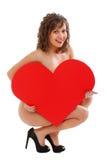拿着红色纸心脏的少妇 库存照片