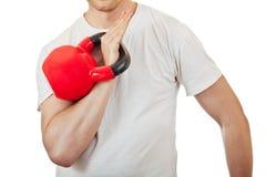 拿着红色kettlebell的运动员人 免版税库存照片