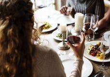 拿着红葡萄酒的妇女玻璃在一家优等的餐馆 免版税库存图片